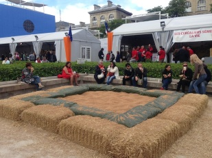 Now this is what I call outdoor seating! Hay stacks laid out for everyone to lunch on.
